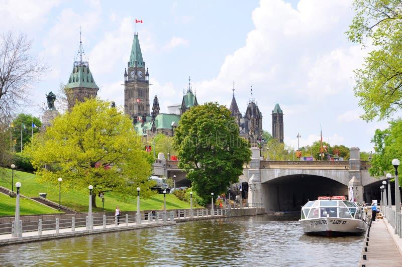 Construções do parlamento e canal de Rideau, Ottawa, Canadá foto de stock