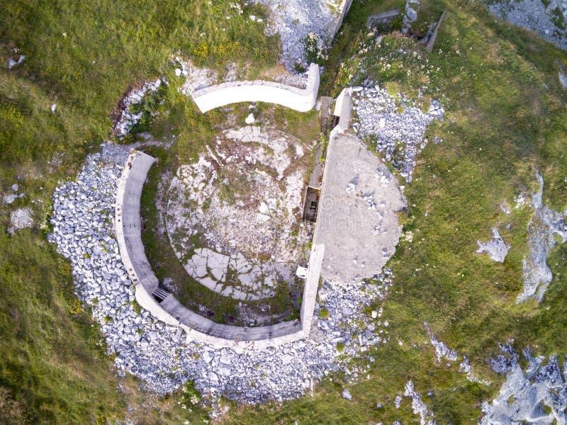 Construções dos depósitos da guerra da palavra do concreto segundas na costa rochosa de foto de stock