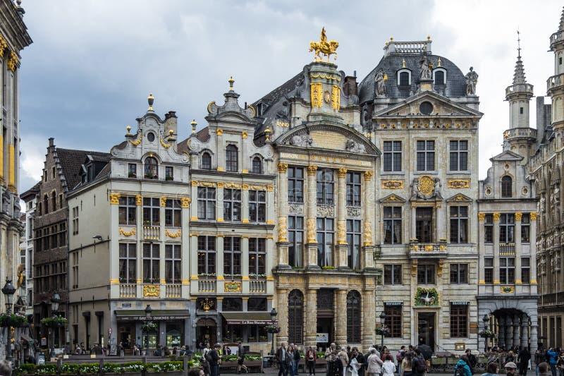 Construções douradas velhas em Grand Place em Bruxelas imagens de stock