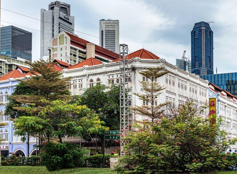 Construções e arranha-céus coloniais no fundo na cidade imagens de stock royalty free