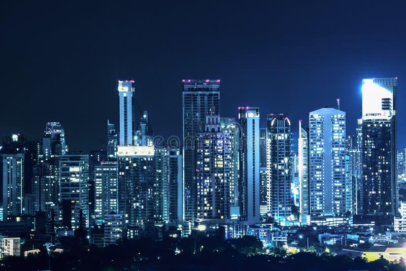 Construções e arranha-céus na área de negócio central da cidade de Banguecoque na noite foto de stock