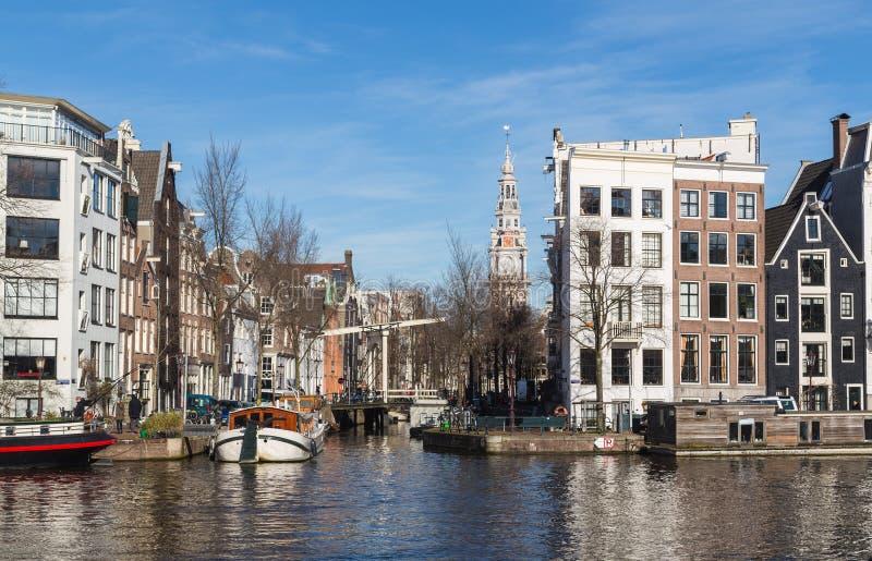 Construções e canais em Amsterdão imagem de stock