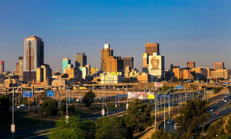 Construções e estradas centrais do distrito financeiro de Joanesburgo fotografia de stock royalty free