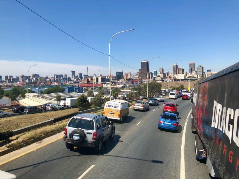Construções e estradas centrais do distrito financeiro de Joanesburgo como visto fora de um carro de condução foto de stock royalty free