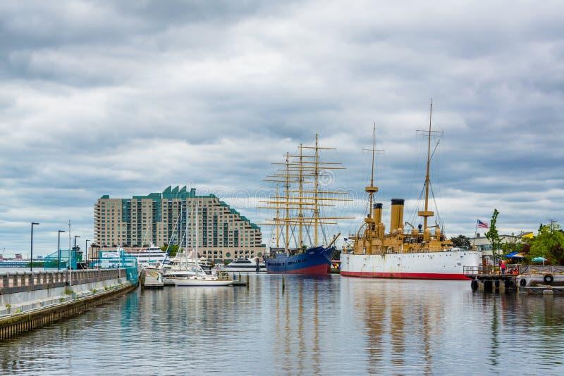 Construções e navios históricos na aterrissagem de Penn, em Philadelphfia, Pensilvânia fotografia de stock royalty free