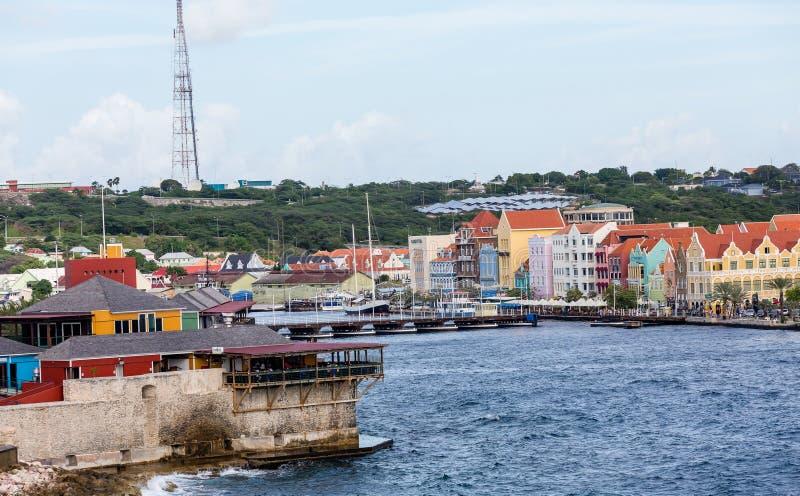 Construções e ponte de flutuação coloridas em Curaçau imagem de stock
