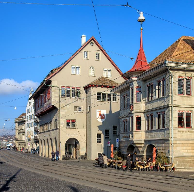 Construções e povos no cais de Limmatquai em Zurique, Switzerla foto de stock royalty free