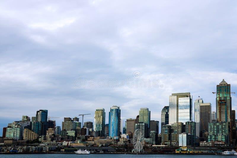 Construções e skyline do centro de Elliott Bay Seattle das atrações da margem fotos de stock