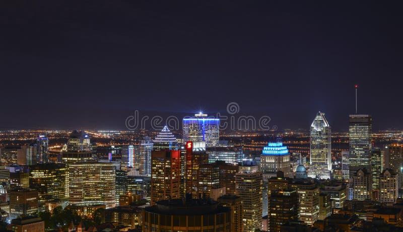 Construções em Montreal do centro na noite imagens de stock royalty free