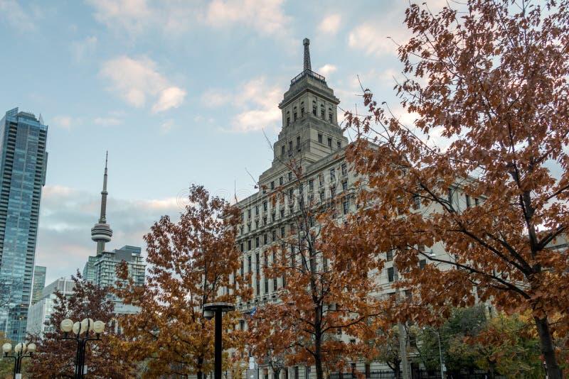 Construções em Toronto do centro com vegetação da torre e do outono da NC - Toronto, Ontário, Canadá foto de stock