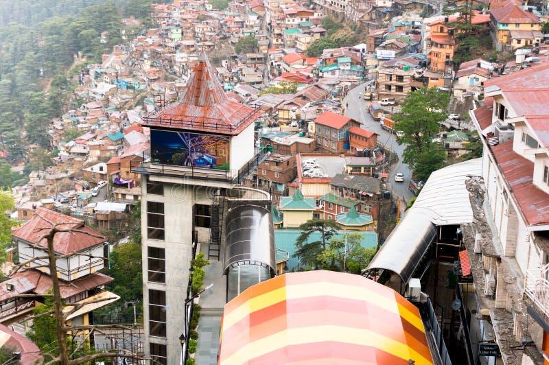 Construções em uma montanha de shimla no crepúsculo fotos de stock royalty free