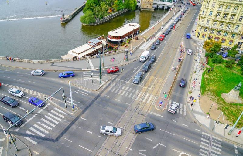 Construções europeias da cidade da interseção principal da cidade na rua abaixo imagens de stock
