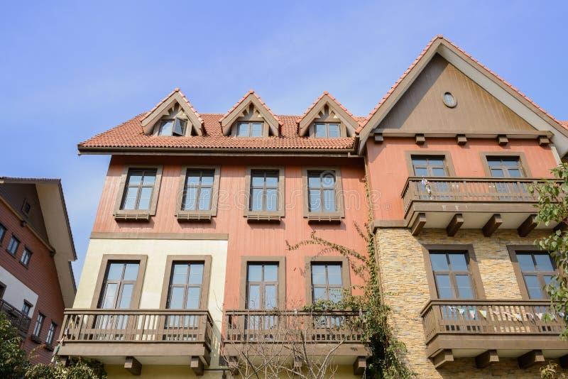 Construções europeias exóticas do estilo no céu azul do meio-dia ensolarado do inverno fotografia de stock