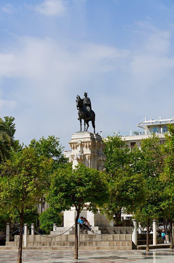 Construções históricas e monumentos de Sevilha, Espanha Detalhes arquitetónicos, fachada de pedra foto de stock