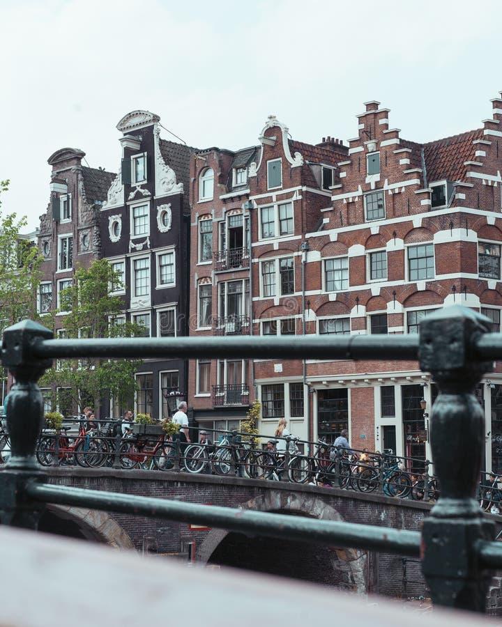 Construções históricas em Amsterdão na cidade central fotografia de stock royalty free