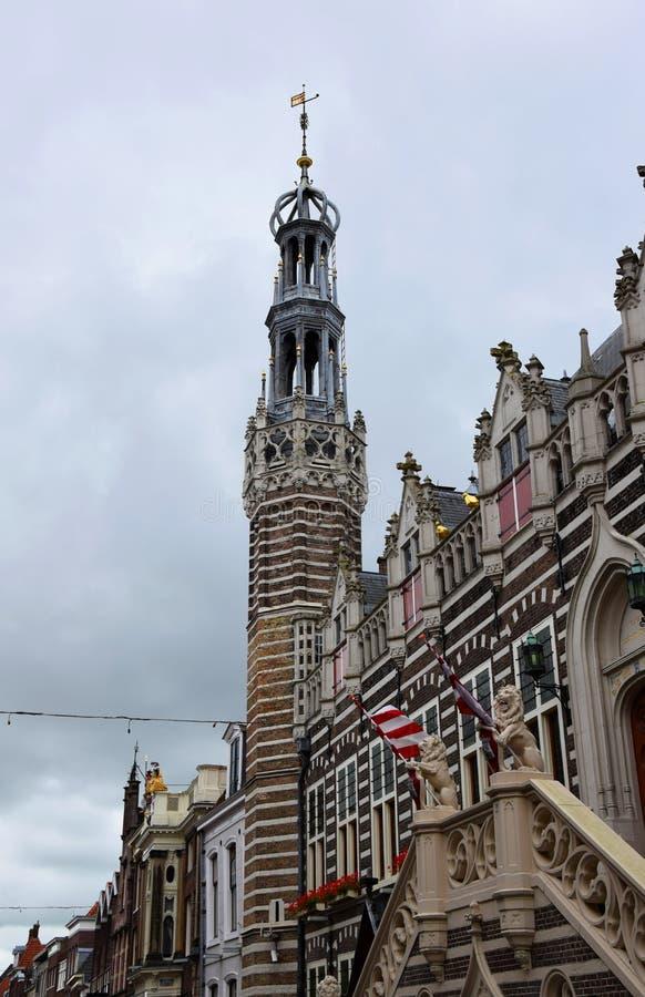 Construções históricas na cidade holandesa de Alkmaar, a cidade com seu mercado famoso do queijo - viajando com a Holanda, Países imagens de stock royalty free