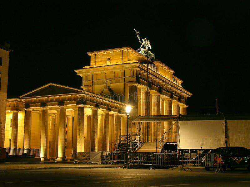 Construções históricas na porta de Berlin Brandenburger Tor - de Brandeburg fotos de stock
