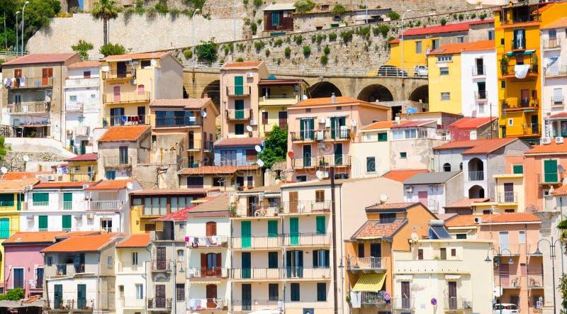 Construções italianas típicas coloridos, Scilla, Calabria, Itália foto de stock
