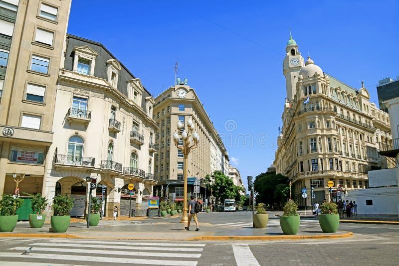 Construções lindos na opinião diagonal da avenida de Sur da plaza de Mayo Square de Buenos Aires, Argentina foto de stock royalty free