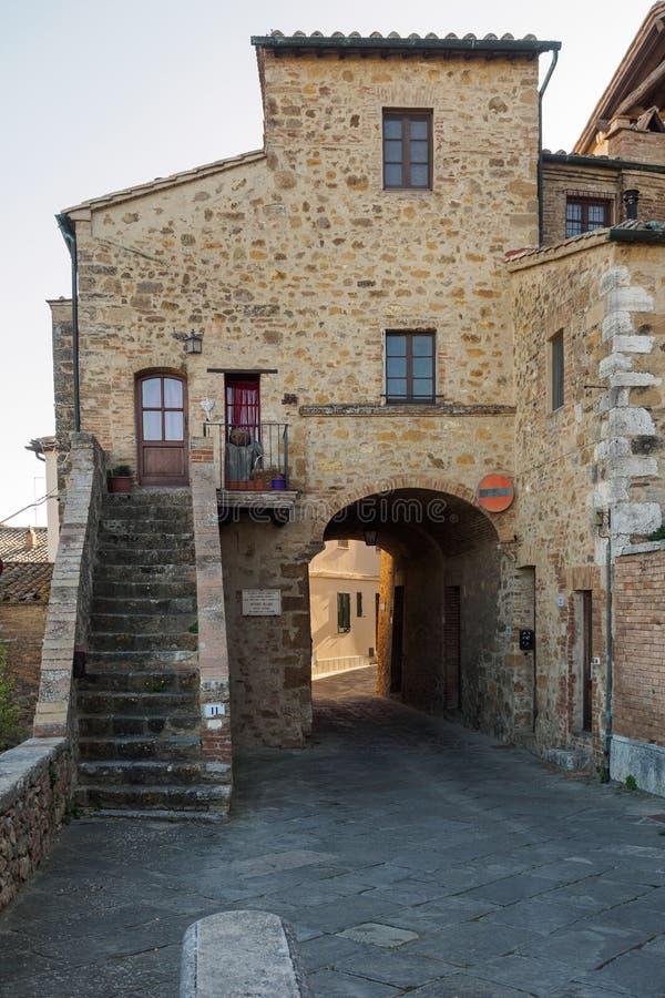 Construções medievais típicas em uma vila Tuscan em Itália imagens de stock