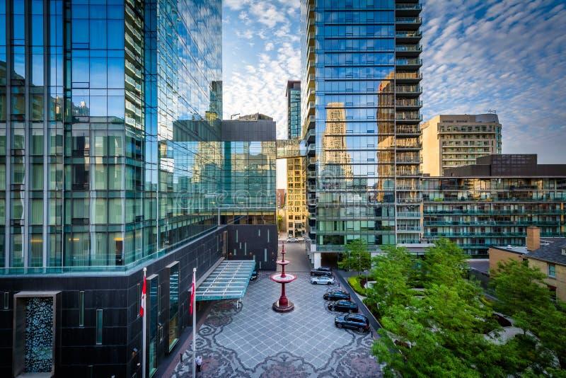 Construções modernas ao longo da avenida de Yorkville no Midtown Toronto, Onta fotografia de stock
