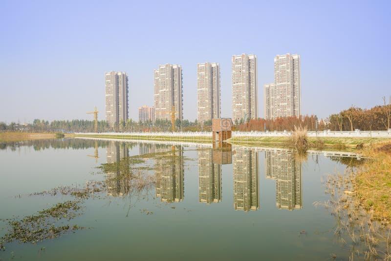 Construções modernas da beira do lago no meio-dia ensolarado do inverno fotos de stock