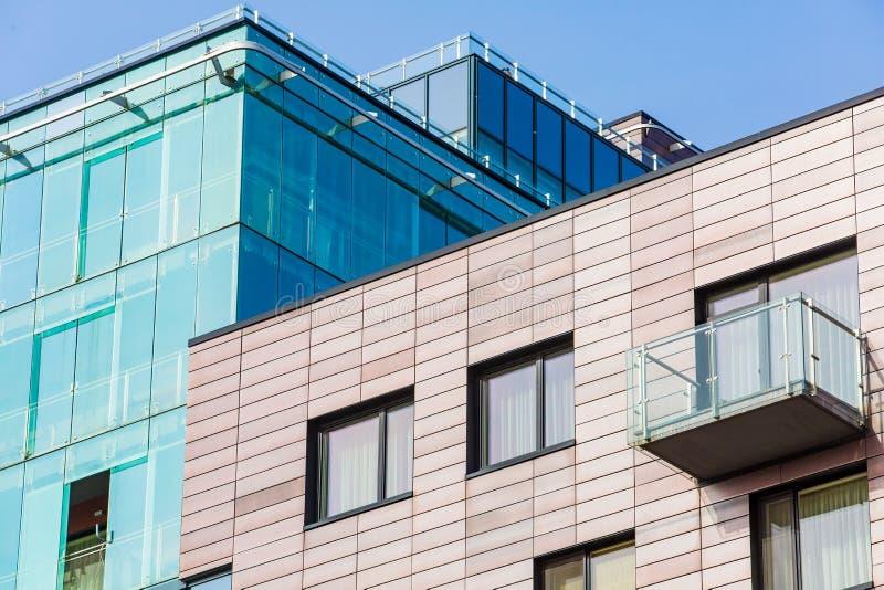 Construções modernas da olá!-tecnologia na cidade Centro de negócio e contraste da olá!-elevação fotografia de stock royalty free
