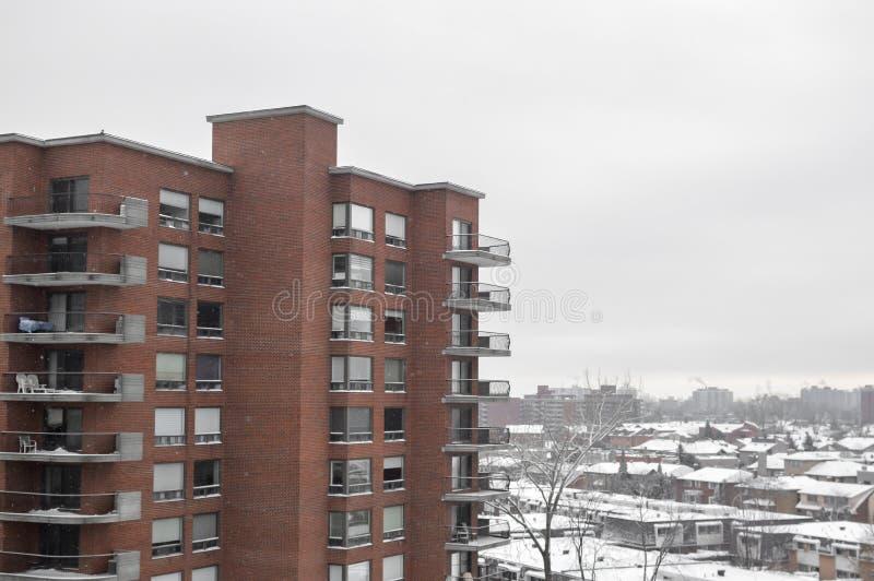 Construções modernas do condomínio com janelas enormes e balcões em Montreal foto de stock royalty free