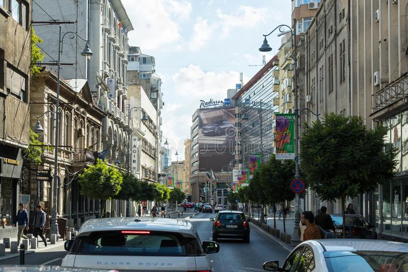 Construções modernas e velhas na rua de Calea Victoriei na cidade de Bucareste em Romênia imagem de stock royalty free