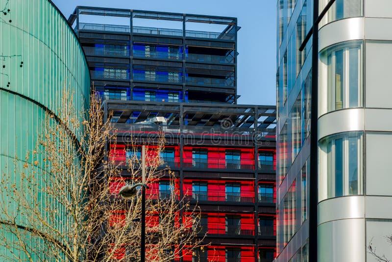 Construções modernas em Strasbourg, combinação de cores diferentes imagens de stock