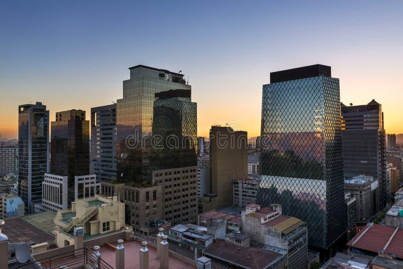 Construções modernas na baixa da cidade de Santiago de Chile no por do sol, no Chile fotos de stock royalty free
