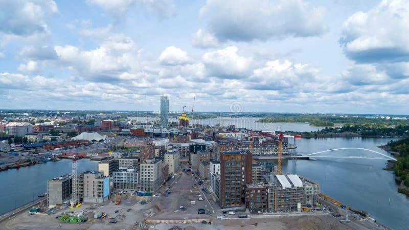 Construções modernas novas sob a construção em Helsínquia Sompasaari no dia de verão Vista aérea da ponte bonita foto de stock royalty free