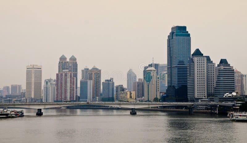 Construções modernas situadas na baixa em Guangzhou, China imagens de stock royalty free