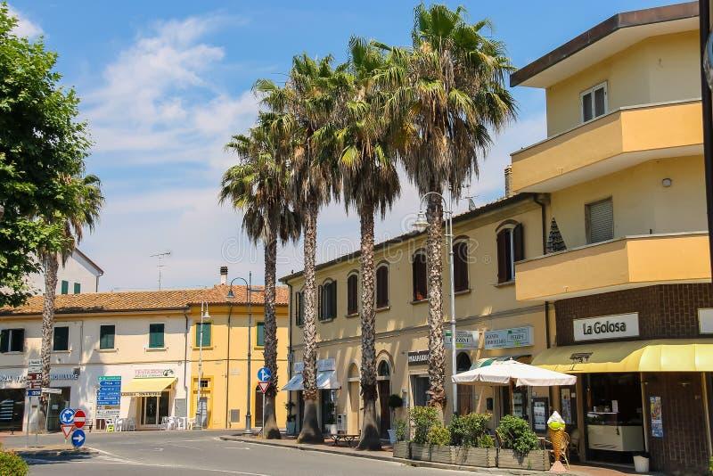Construções na praça Garibaldi na cidade pequena Vada, Itália imagem de stock