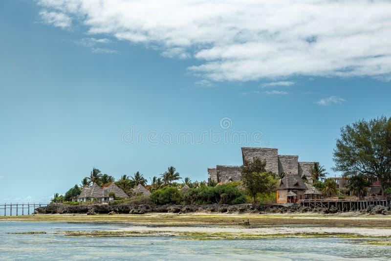 Construções na praia tropical imagem de stock