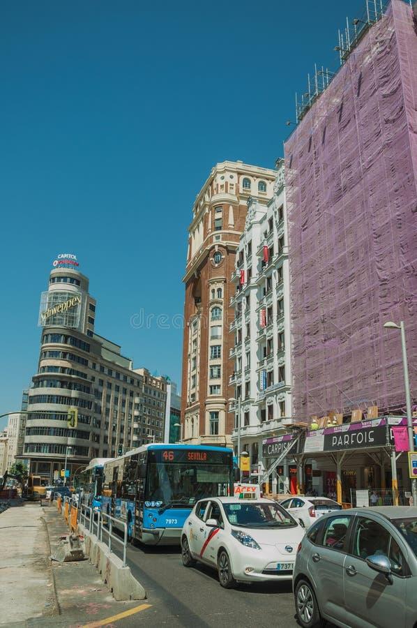 Construções na rua movimentada com povos e carros no Madri imagens de stock royalty free