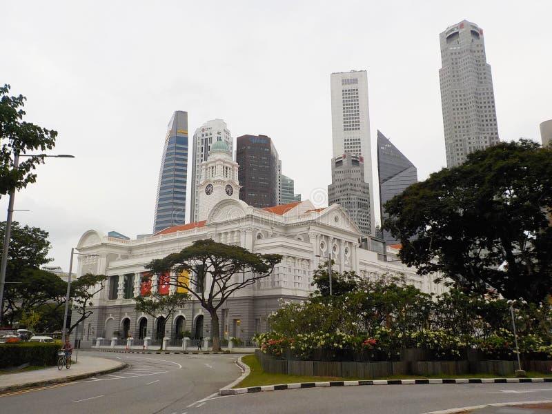 Construções no estilo colonial entre arranha-céus em Singapura imagem de stock