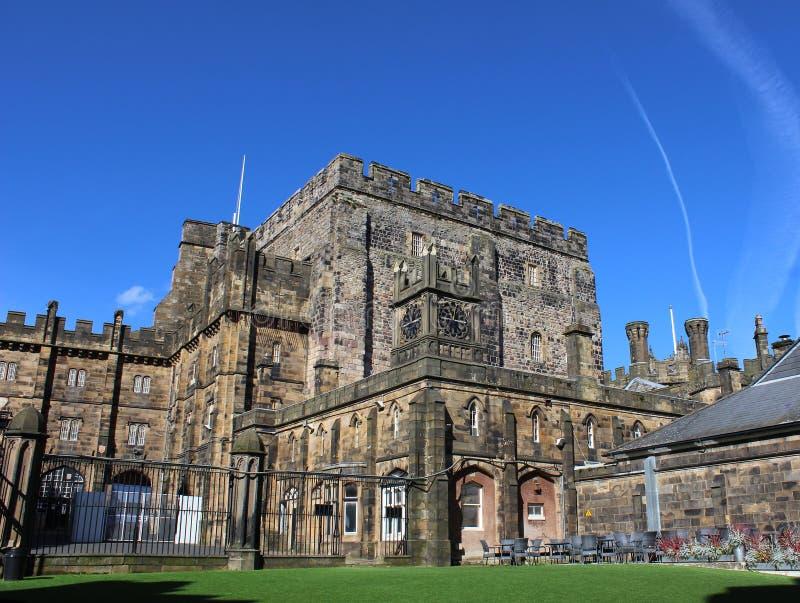 Construções no pátio dentro do castelo de Lancaster imagens de stock