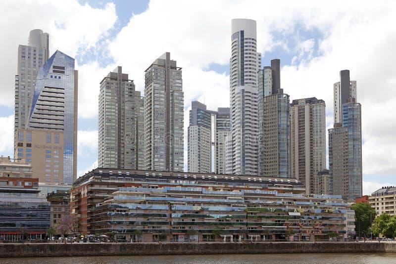 Construções novas em Puerto Madero em Buenos Aires, Argentina imagem de stock royalty free