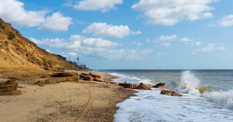 Construções que desmoronam no mar devido à erosão imagens de stock royalty free