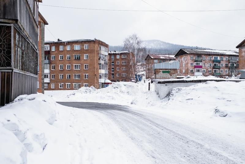 Construções residenciais típicas no urbano-tipo pagamento de Sheregesh na montanha Shoria - Sibéria fotografia de stock royalty free