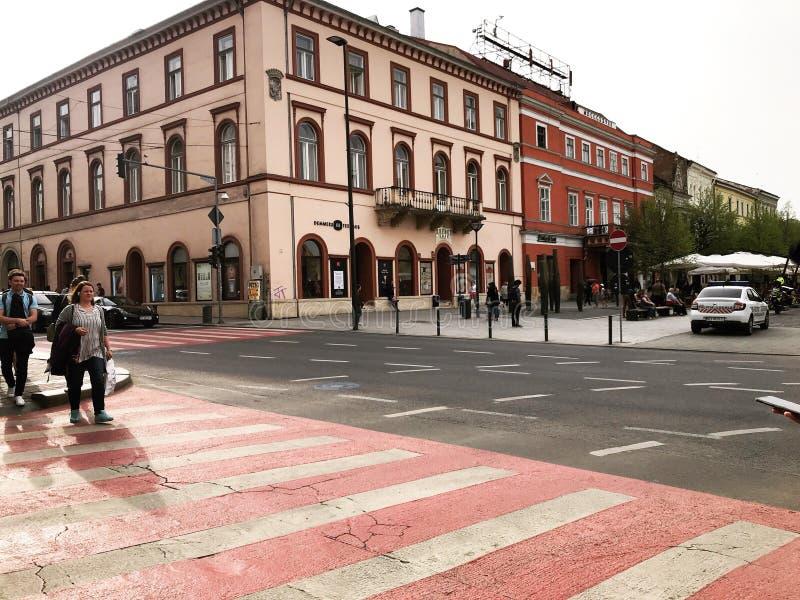 Construções restauradas na plaza principal de Cluj Napoca, Romênia fotos de stock