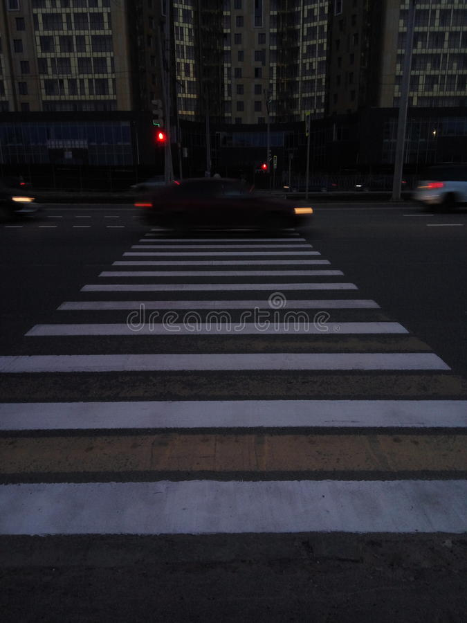 Construções rodoviárias escuras do vsco dos povos do bonde do ônibus da cidade foto de stock