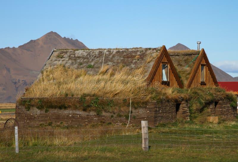 Construções rurais em montanhas de Islândia imagem de stock royalty free