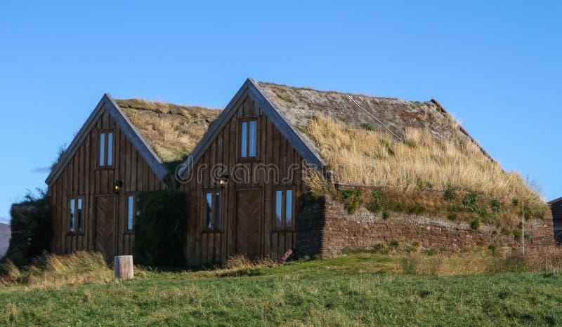 Construções rurais em montanhas de Islândia fotos de stock
