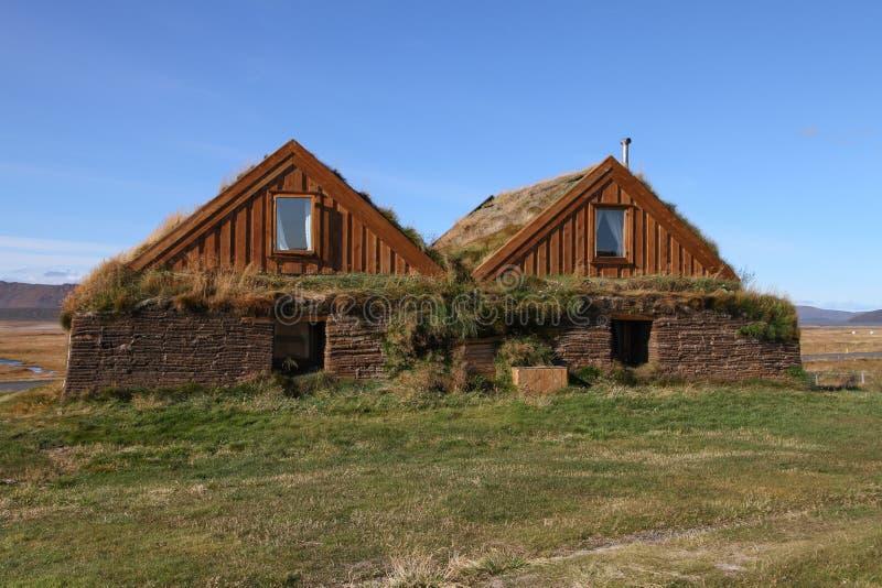 Construções rurais em montanhas de Islândia foto de stock royalty free