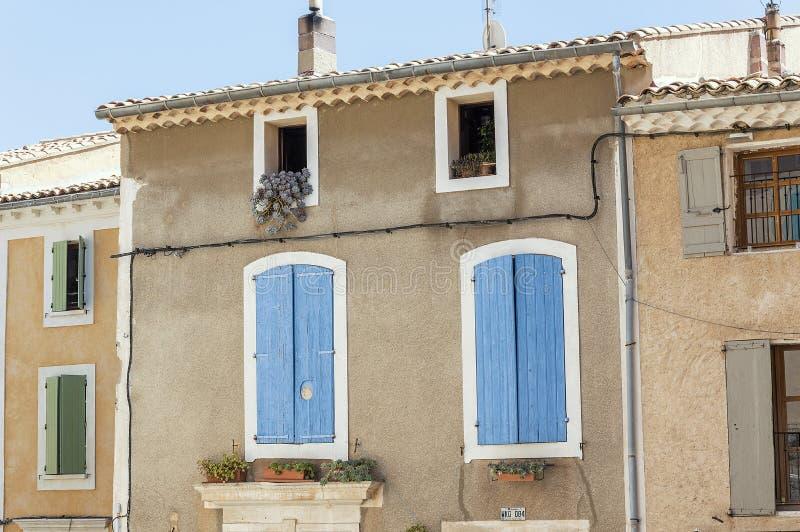 Construções típicas velhas na vila medieval de Saint-Saturnin-lès-apto imagens de stock royalty free