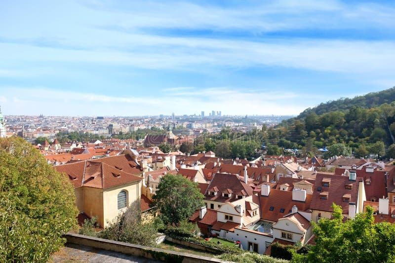 Construções velhas bonitas com os telhados vermelhos na cidade foto de stock royalty free