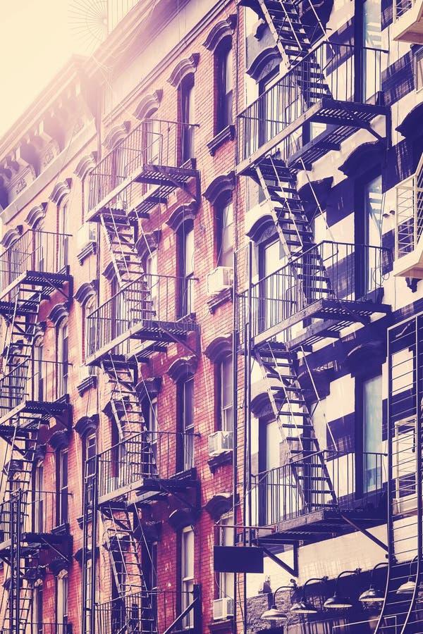 Construções velhas com as escadas do escape de fogo, New York City foto de stock