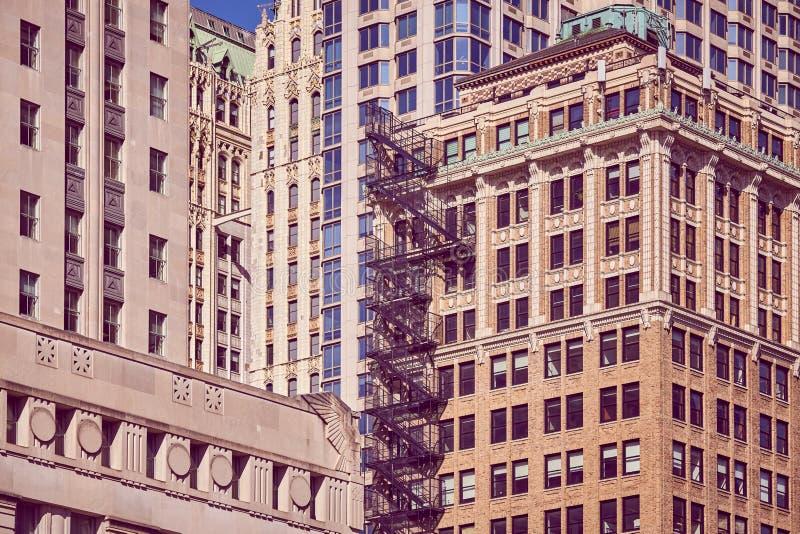Construções velhas com escape de fogo, NYC foto de stock